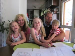 Messutaloa rakentava perhe