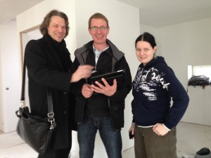 Työmaapalaverin jälkeen talotoimittajan, GreenBuildin tj. Pasi Typpö, vastaava mestari Matti Holopainen ja talon rakennuttaja Laura Kröger jäivät vielä hetkeksi keskustelemaan aikatauluista ym.