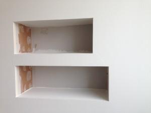 """Kodissa on paljon rakenteisiin upotettuja säilytysratkaisuja. Tässä on tuleva """"yöpöytä"""", jonka paikka piti olla rakentajilla tiedossa seinää pystytettäessä."""