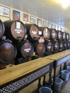Malagan vanhin viinitupa, jostain 1800-luvulta, Bodega Antigua oli täynnä vanhoja viinitynnyreitä, joista sitten laskettiin asiakkaan haluamaa paikalista viiniä.