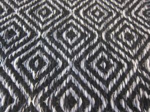 Tässä matossa on sama toimikas-sidos kuin aikanaan esimerkiksi perinteisten vällyjen päällisissä eli ns. rinkinen raanu. (Pääsinpä näyttämään osaamistani!)