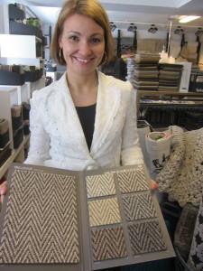 Minna Kivelä esittelee uutta toimikas-sidoksista mattoa ja sen hillittyjä värivaihtoehtoja.