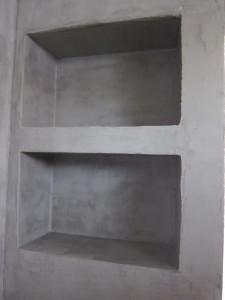 Krögerit ovat itse tehneet kaikki mikrosementtipinnat! Tässä kylpyhuoneen seinään rakennettu säilytyshylly.