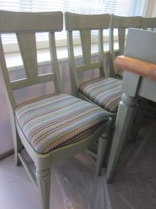 Entiset ruokapöytä ja -tuolit on siistitty, tuoleissa verhoilukankaana Lauritzonin Murella.