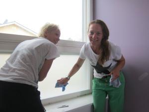 Johanna ja Nina art4u:sta olivat asentamassa tuotteita, tässä porrastasanteen ikkuna saa näkösuojaa antavan teippauksen.