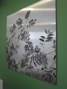 Työpisteen seinällä on rosterilevylle painettu luonnonkuva. Materiaali valittiin kodinkoneiden mukaan.