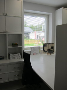 Puuseppä Aaron Bach on valmistanut Krögerien asuntomessukohteen komean työpisteen.