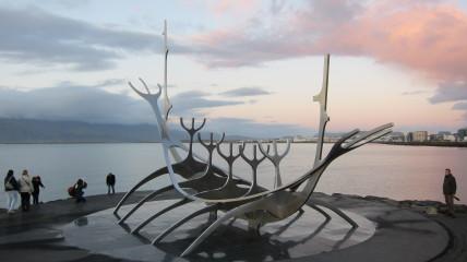 Reykjavikissa on paljon taidetta myös ulkona. Komea Solfar, Aurinkomatka, tässä tosin vain ilta-auringon viimeisissä säteissä.