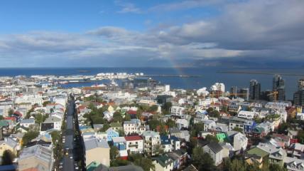 Halllgrimskirkjan näköalatasanteelta on huikaisevat näkymät yli Reykjavin.