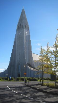 Hallmgrimskirkja on yksi tunnetuimmista turistioppaiden Reykjak-symboleista. Sen torni on Reykjavikin korkein rakennus, 75 m, ja se näkyy hyvin kauas.