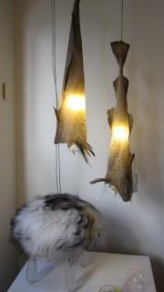 Myös kalan nahkoja käytetään entistä enemmän hyödyksi, tässä valaisimina.