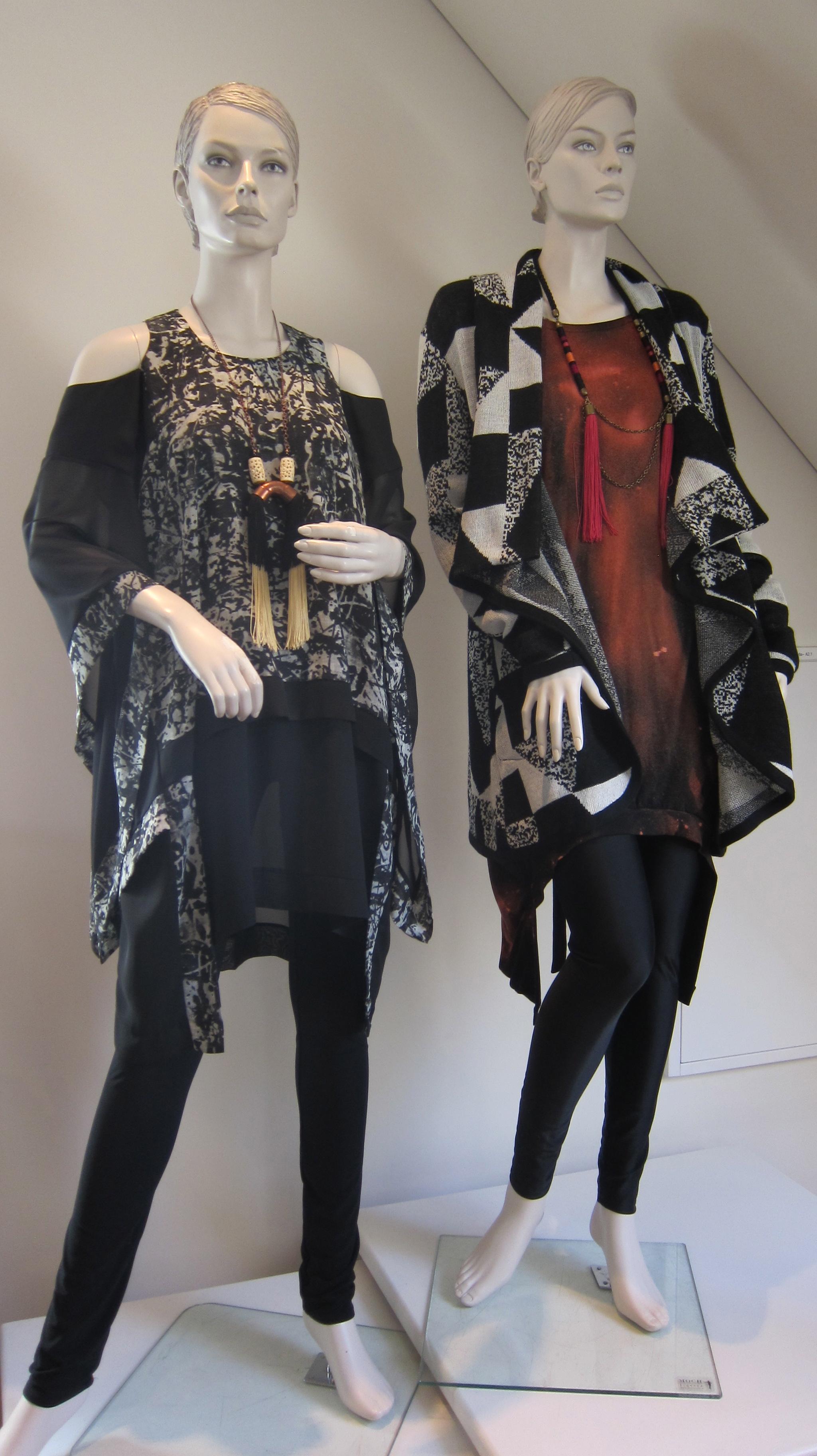Vaatesuunnittelu on hyvin modernia, vaatteiden muodot mielenkiintoisia ja aikaansa edellä.
