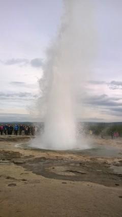 Strokkur-geysir suihkuttaa höyryävän kuumaa vettä muutaman minuutin väein.