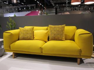 Ihastun aina pulleisiin keltaisiin sohviin, milloinkahan saan tällaisen omaan kotiini!