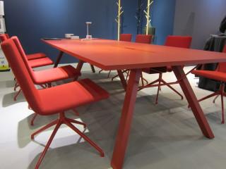 Tavanomainen neuvottelupöytä näyttää vallan modernilta saatuaan vaikkapa ajankohtaisen terrakotan värityksen.