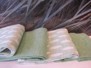 Vihreä-valkoista…. Kuviollisten pyyhkeiden sidoksena on täkänä-sidos eli ne ovat kaksinkertaista kangasta, toinen puoli valko-vihreä.