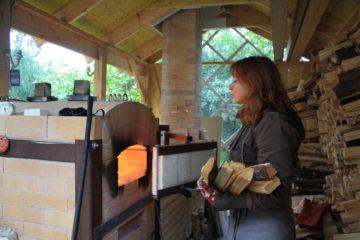 Leena Juvosella on puu-uuni, jonka ansiosta kaikki tuotteet ovat unikkeja.
