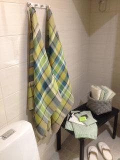 Käsitöitä oli paljon esillä. Tässä komeat pellavaiset kylpypyyhkeet antavat väriä koko kylpyhuoneelle. Mäihä Lusto, 4.