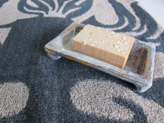 Saippuakuppi on Leena Juvosen uusimpia tuotteita. ALla SOmero-pyyhe.