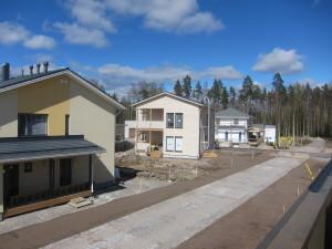 Alueella tehdään jo katutöitä ja kulkuväylien ja tonttien välisiä istutuksia.