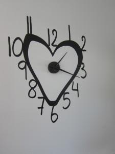 Keskeisellä paikalla alakerran seinällä on hauska iso kello. Kellotaulu on teipattu, art4u:n taidokasta työtä.