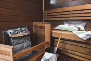 Sauna on tässä kodissa toisessa kerroksessa, pukuhuoneesta pääsee terassille.