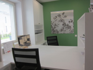 Korkeat kaapistot antavat paljon säilytystilaa ja työpöydän päässä oleva hylly antaa näkösuojan olohuoneeseen päin.