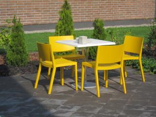 Aurinkoista kesän jatkoa toivottavat auringon väriset tuolit Hevi Kivitalon pihalla (kohde 33).
