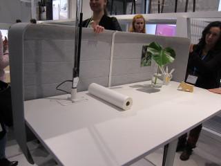 Työpöytien sermit ovat saaneet uusia muotoja. Pöydät ovat tietysti säädettäviä istuma-seisomapöytiä.