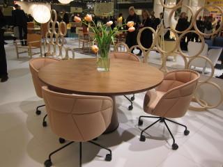Pyöreitä pöytiä oli paljon tarjolla, niin koteihin kuin työpaikoillekin.