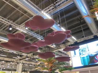 Akustisia elementtejä voi riiputtaa myös katosta.
