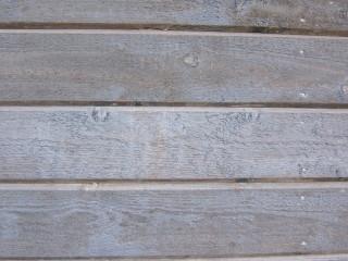 Vaikka vähän kuluneen näköinen seinä toisaalta on toisaalta hyvin kodikkaan näköinen, kannattaa huoltomaalaus tehdä, jotta puu säilyy hyvänä.