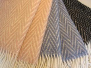 Perinteinen toimikas-sidos antaa shaaleille huolitellun ja yksilöllisen ilmeen verrattuna pelkkään huovutettuun pintaan.