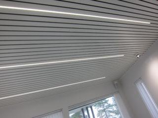 Valaistuksen suunnittelun merkitykseen ollaan vasta heräämässä. Tässä talossa vinon katon paneelien väliin on asennettu valaisimia, ikään kuin valo tulisi lautojen raosta. Tämän tyyppisessä on tärkeätä muistaa myös himmentimen asennus. Lakka Lakeus, 11.