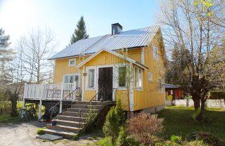 Myynnissä Lohjalla: kaunis valoisa rintamamiestalo + iso aurinkoinen piha